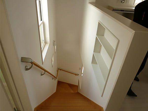 階段の上がり途中の壁部分に収納棚を設置しました。