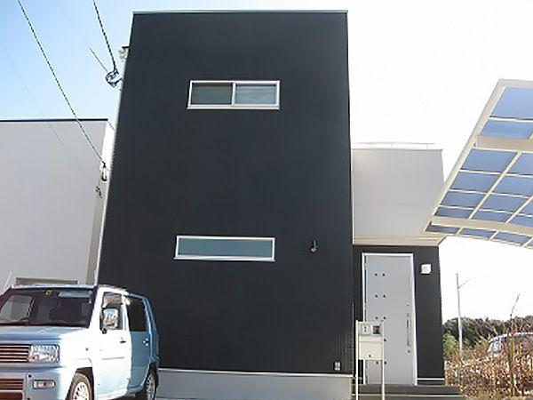 デザインが入ったALCとフラットなALCを使い分け、塗装もツートンに、玄関ドアもシンプルなデザインでシャープな外観に仕上がりました。