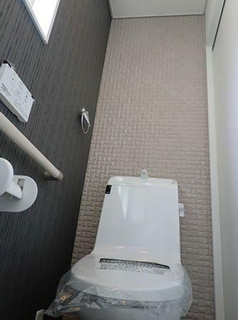 背面にエコカラットを施工し、装飾はもちろん消臭、除湿と機能的なトイレになりました。