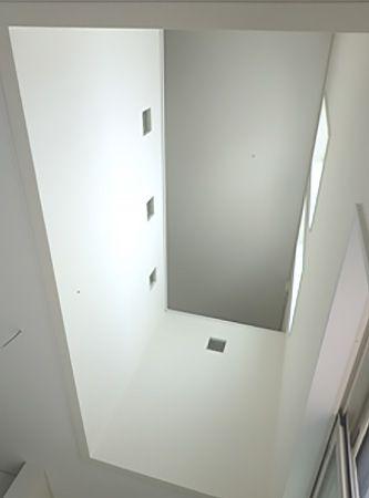 2階のホール部分の壁には奥様が何時間もかけて選ばれたガラスブロックをリズムよく配置し、より一層お洒落な吹抜けになりました。