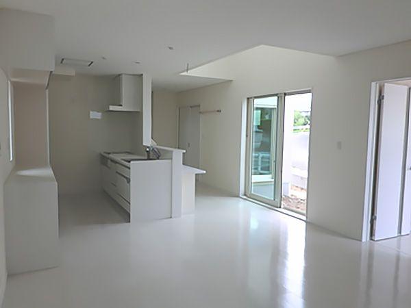 開放的なDKリビングのスタイルを希望され1階はリビングからダイニング、キッチン、キッチン向かいの和室までひとつながりの空間に仕上がりました。