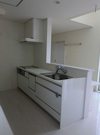 家全体をコーディネートしていますので、キッチンも白で統一しています。清潔感のある爽やかな雰囲気が感じられます。