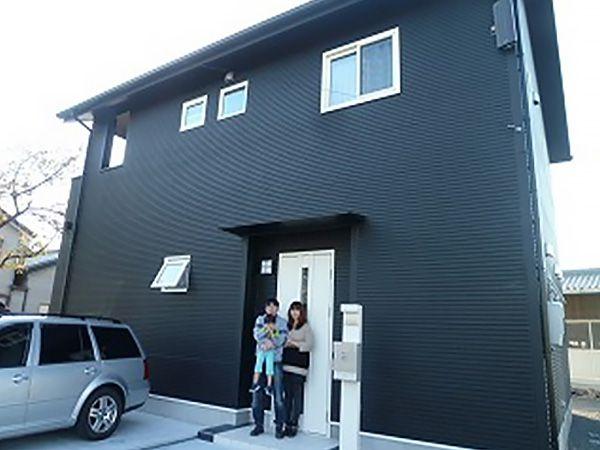 道路側から見える外観は黒のモノトーンでまとめて、家全体をシックな雰囲気に仕上げられています。