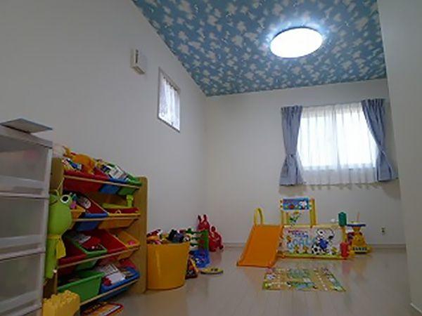 天井一面に青空が広がっています。ブラックライトをつけると、星空に変わります。ワクワクするよな、お子様のお部屋です。