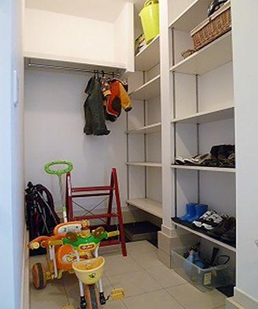 玄関横のクロークは収納満載です。ハンガーパイプにはレインコートやお子様の上着もかけられます。