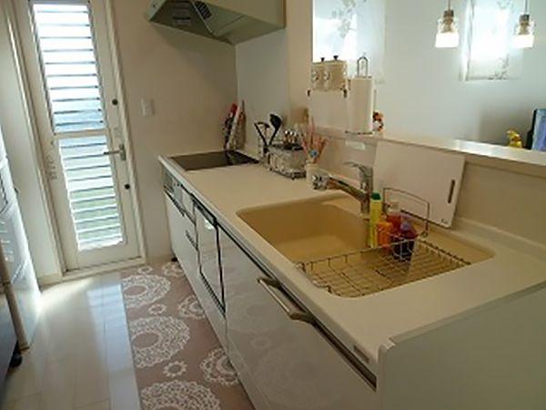 白のキッチンが、明るい内観によく似合います。シンク部分の黄色が、キッチンスペースをやわらかな雰囲気に演出します。