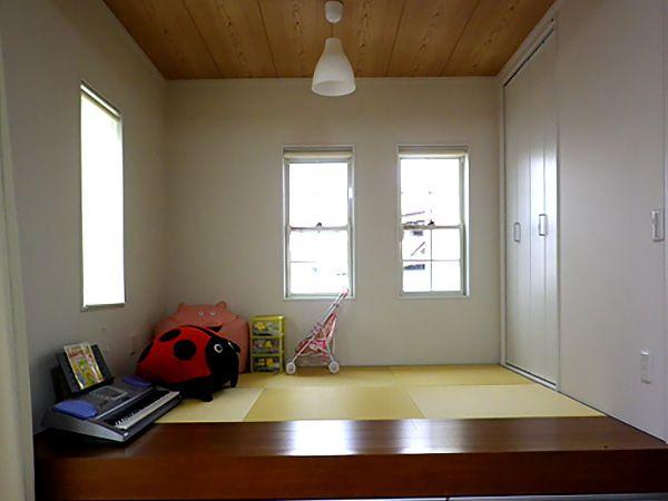 リビングとの続き間にした畳コーナーは空間を広く演出。また、小上がりにすることによって、ちょっとした腰かけスペースにもなります。そして、引出収納付。いい所どりの畳コーナーです。