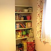 部屋の角に可動棚を作ることによって収納スペースを確保しました。