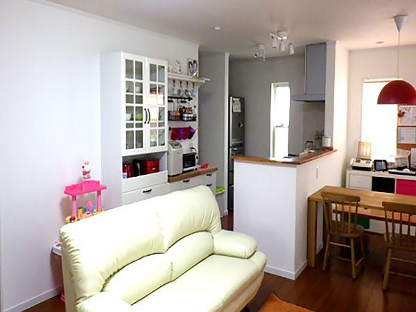 ご家族の集まるリビングルーム。白を基調としたセンスの良い家具たちが、お部屋全体を明るい雰囲気をつくります。