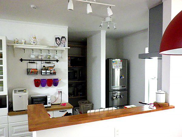 カウンター部分をオープンにしてリビング・ダイニング・畳コーナーが良く見えるので、家事をしながら家族とコミュニケーションを取れます。また、キッチンの奥にはパントリースペースがあり、食材置き場には困りません。
