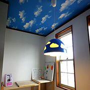 家族みんなの共有スペースは、天井クロスと照明を『空』で統一。雨の日でも家の中は晴れ模様。気分が明るくなりますね。