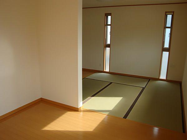 洋室から和室へ。和室からWIC・書斎、家事室へと行けるようになっていて、扉がほぼないので開放感のある広いお部屋となっています。