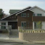 2階から1階までつながる大きな屋根の形状と、立体感のある外観デザインは、迫力があります