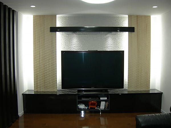 TVボードと間接照明を使った装飾は完全オーダーメイド。お施主様も特にこだわった場所です。