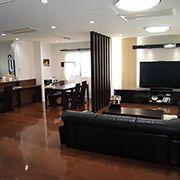 落ち着いた雰囲気の内装色に仕上げ、家具やインテリアなどの色調も良く似合います。