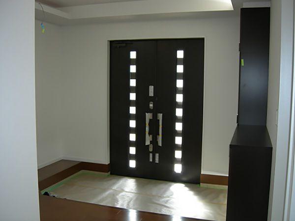 建物の大きさにふさわしく玄関も広々した空間です。玄関ドアから陽の光が優しく入ります。