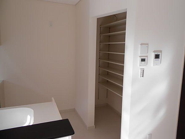 キッチンのすぐ横にはパントリー(食品庫)を設置。買ってきた物などをストックするのに大変便利。おすすめです!!