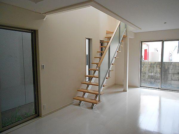 リビングでの圧迫感を感じさせないようオープンリビング階段を採用しました。隣接する窓からは階段に邪魔されることなく明るい光が差し込みます。