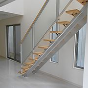 リビング全体の内装は明るいホワイト色を基調としながらも、階段はナチュラル系でアクセントをつけています。