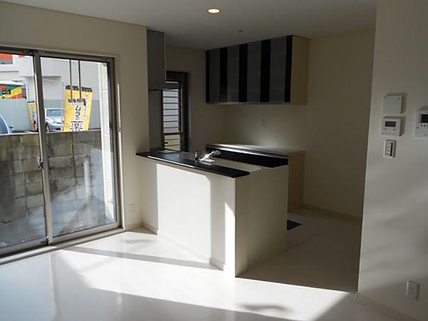 壁を作らないオープンキッチンはLDK全体の広がりが生まれます。
