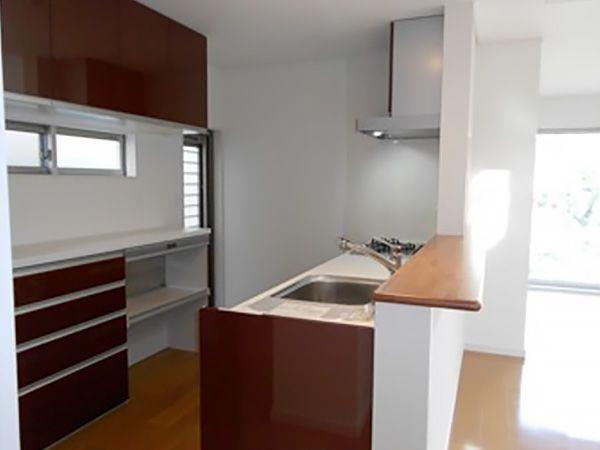 キッチンは奥様のお好みの色でカップボードと合わせて統一。蒸気を逃がしてくれる家電収納付きのカップボードの為、ご飯の炊飯中でも収納を納めたまま家事動線を妨ぎません。
