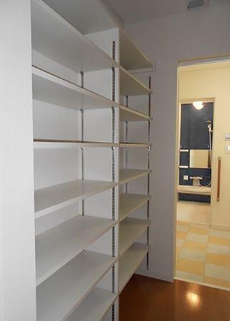 キッチン横から洗面所に抜ける場所にあるパントリーは調理器具や食器・食品ストックなど、大容量の収納スペースが確保出来ます。