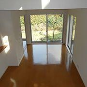 部屋一つ分はある大きな吹抜けの解放感と、リビングから見下ろす外の眺めがゆったりとした気持ちにさせてくれる癒しの空間です。