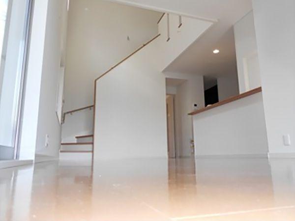 キッチン正面のダイニング上部が吹抜けになっており陽の光が入るため、少し奥に配置してあるキッチンも暗くならずに家事がこなせます。