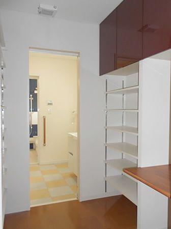 キッチン横から洗面所に抜ける場所にパントリーを設置。奥様専用の家事スペースもあり、最短の水廻り動線が育児に忙しい奥様の家事効率を良くしてくれます。
