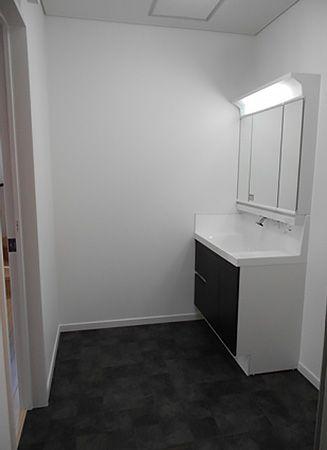 洗面所はダークカラーを使用し、高級感のある落ち着いた空間を演出しております。
