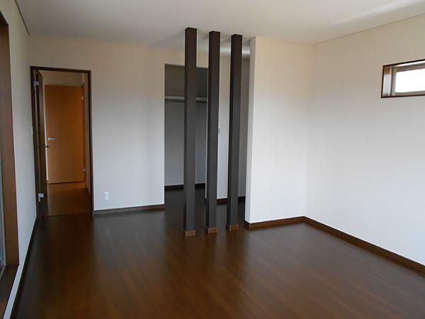 3本の化粧柱を設置し、柱の奥にはご主人様の書斎スペースを設けました。