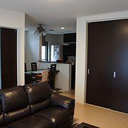 リビングのインテリアは、室内の扉の色に合わせてブラウンを基調とし、ソファーやテーブルにもこだわりました。