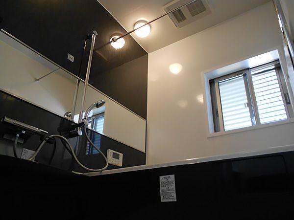 浴室もダークカラーを使用し、高級感のある落ち着いた空間を演出しております。リラックスできるお風呂タイムを過ごせそうです。