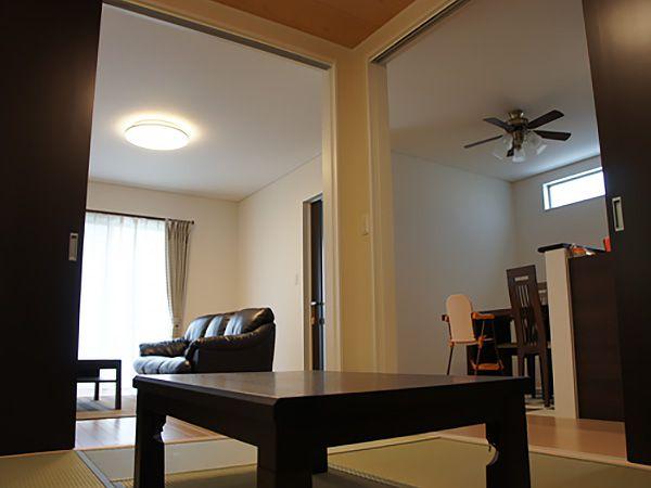 和室の扉は2枚の片開き窓をリビング側とダイニングキッチン側に採用しました。この2つの扉を開くとリビング、和室、ダイニングが一体となりとても広々とした空間が現れます。