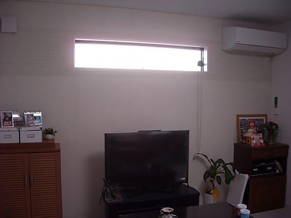 TVを置いている壁一面にはエコカラットを採用しています。ホワイトなので写真ではわかりにくいですがモダンな感じです。
