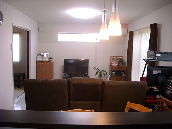 広いリビングにはご主人様のお気に入りの大きなソファーを置き、家族みんなが集まりゆっくりくつろげる空間になってます。