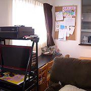 ダイニングテーブルの横には奥様のご要望でカウンターを設置しました。二人のお子様のお勉強や奥様の作業スペースです。