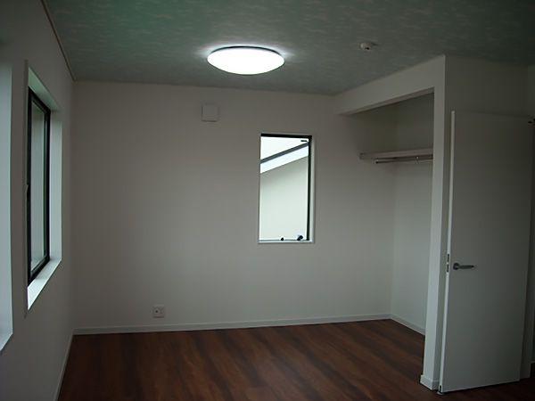 2階の子ども部屋は1Fとは違い、濃いめのフロアで落ち着いた印象です