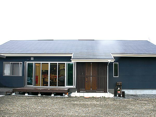 シンプルな中にも、平屋の建物がもつ落ち着きの佇まいが感じられます。