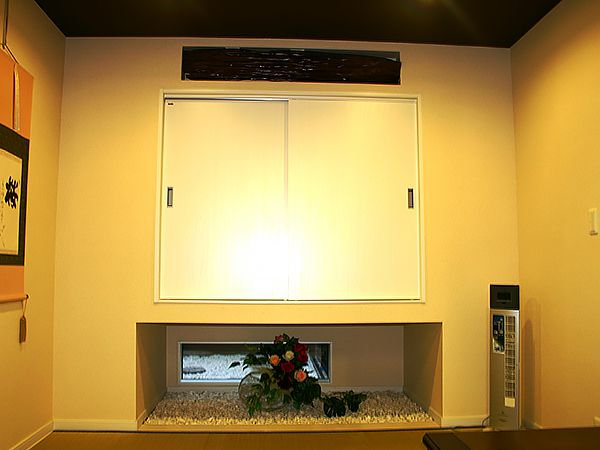 和室には、坪庭を見ることができる地窓があります。