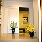 玄関を入ると、正面にはお客様をおもてなしできる和室が存在します。