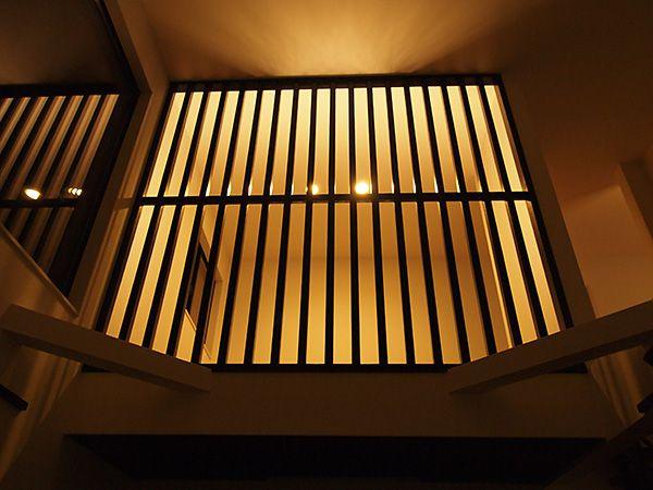 2階からのやわらかな照明がリビングの素敵な雰囲気を演出します。
