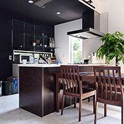 黒・白・ブラウンの落ち着いた配色で高級感のあるオープンキッチンです。