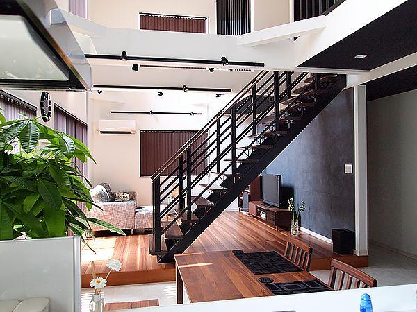 リビングとダイニングの間に設置されたオープン階段は、リビングでの寛ぎとダイニングでの家族の会話をゆるやかにつないでくれます。もちろんどこにいても家族の気配は伝わります。