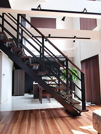 リビングの中央には、存在感を感じさせるオープン階段を設置しました。