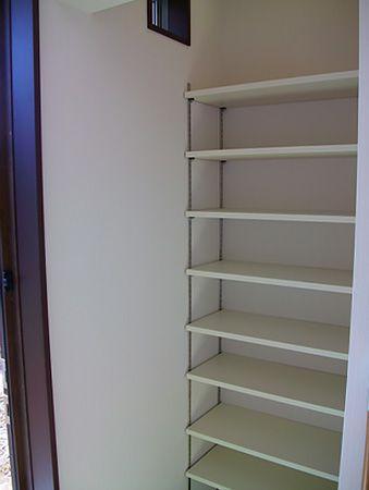 玄関に下駄箱をあえて置かないかわりにクロークをつけました。クロークなので外で使用したものも簡単にしまえます。
