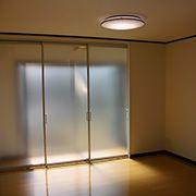 リビングに広縁を設置しました。光を取り込むために間仕切りは半透明のパーテーションを採用しています。