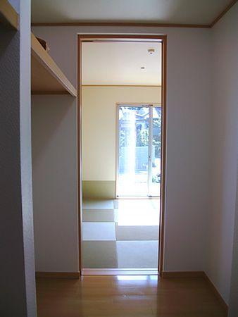 和室の隣には、和室とキッチンから両方入れる大きな納戸があります。収納力UPはもちろんのこと、動線も便利です。