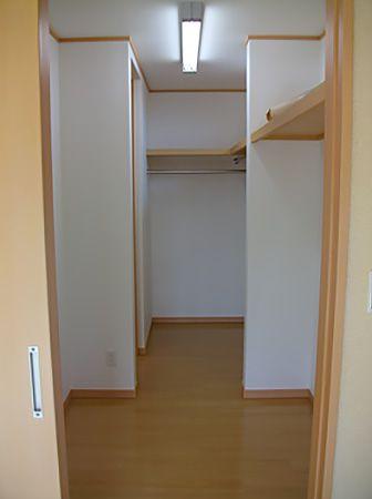 和室とキッチンから入れる大きな納戸はたくさんの物がしまえてとても便利です。収納も満載で各部屋は落ち着きの空間を演出できます。