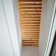 2階にスリット床を設けた事で、セカンドリビングからの光が1階のダイニングへの木漏れ陽となります。